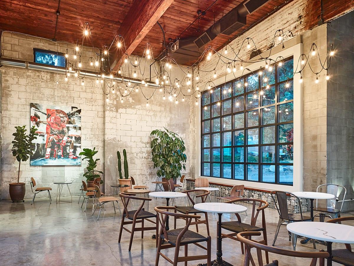 cihlová zeď -kavárna