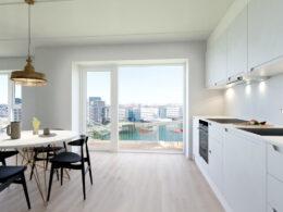 kuchyň s balkonem